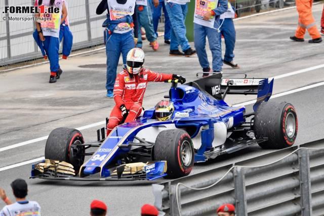 Sebastian Vettel fährt beim Grand Prix von Malaysia 2017 in Sepang bei Pascal Wehrlein mit.